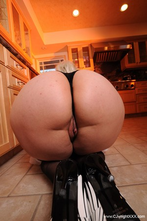 Thick Ass MILF Twerking